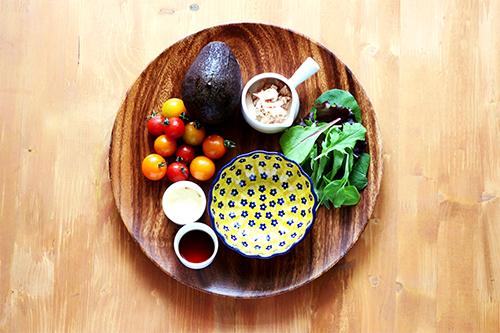 アボカドとツナのサラダの材料/ポーリッシュポタリー