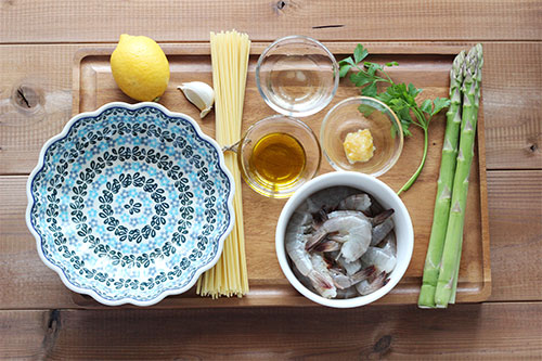 海老とアスパラの塩レモンパスタの材料/ポーリッシュポタリー